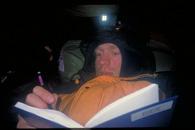 Tagebuch schreiben im Zelt